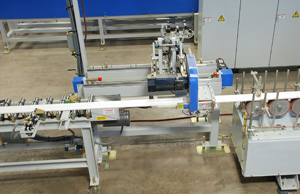 Flying cutoff saw integrated into a moulder/profile wrapper